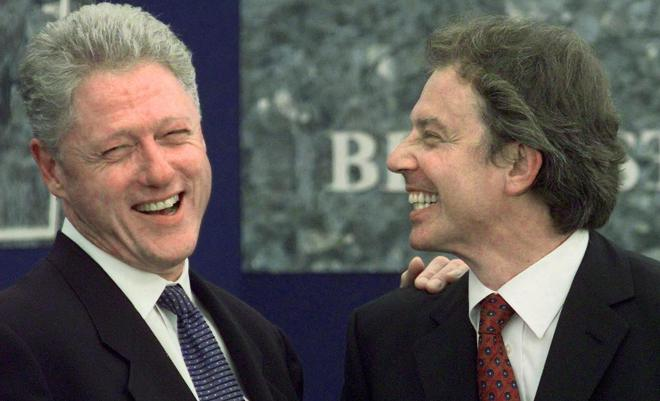 (FILES) US President Bill Clinton (L) is