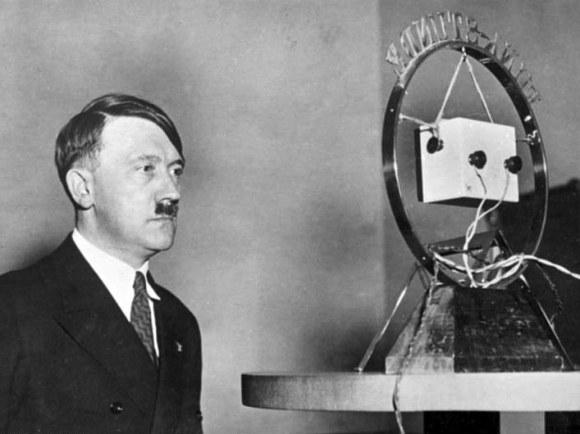 Adolf_Hitler_vor_Rundfunk-Mikrofon