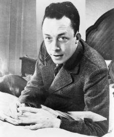 640px-Albert_Camus,_gagnant_de_prix_Nobel,_portrait_en_buste,_posé_au_bureau,_faisant_face_à_gauche,_cigarette_de_tabagisme