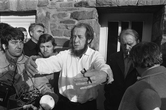 800px-Aleksandr_Solzhenitsyn_1974b